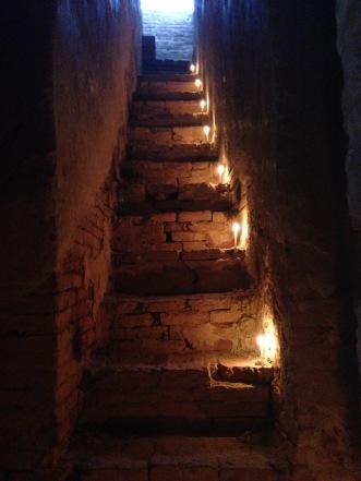 Escalier éclairé aux chandelles après le coucher de soleil