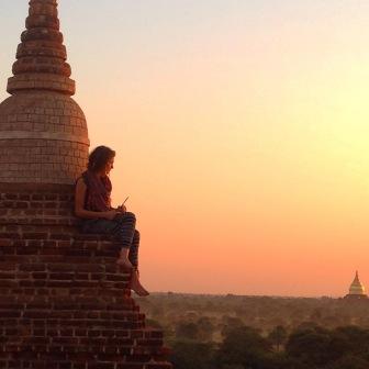 Une fille s'est hissée en haut de la pagode pour contempler le coucher de soleil sur Bagan. - crédits photo: Éloïse Boies