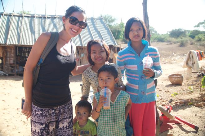 Avec les enfants vivant près d'une pagode à Bagan