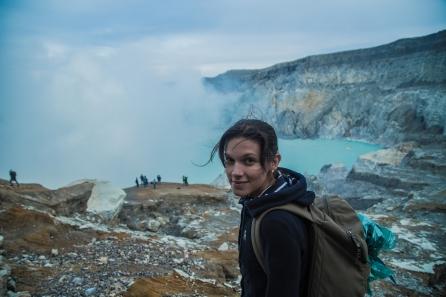 Éloïse dans le cratère du Kawah Ijen