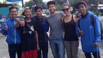 Jé et Élo avec un groupe de Javanais