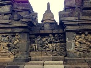 Inscriptions incroyablement détaillées sur le Borobudur