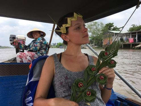 Eloise avec son sceptre de fleurs et sa couronne en rameau!
