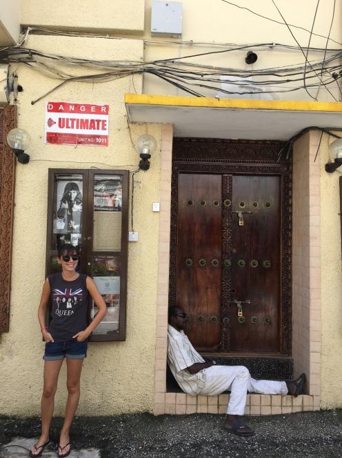 Eloise à Stonetown, devant la maison de Freddie Mercury.